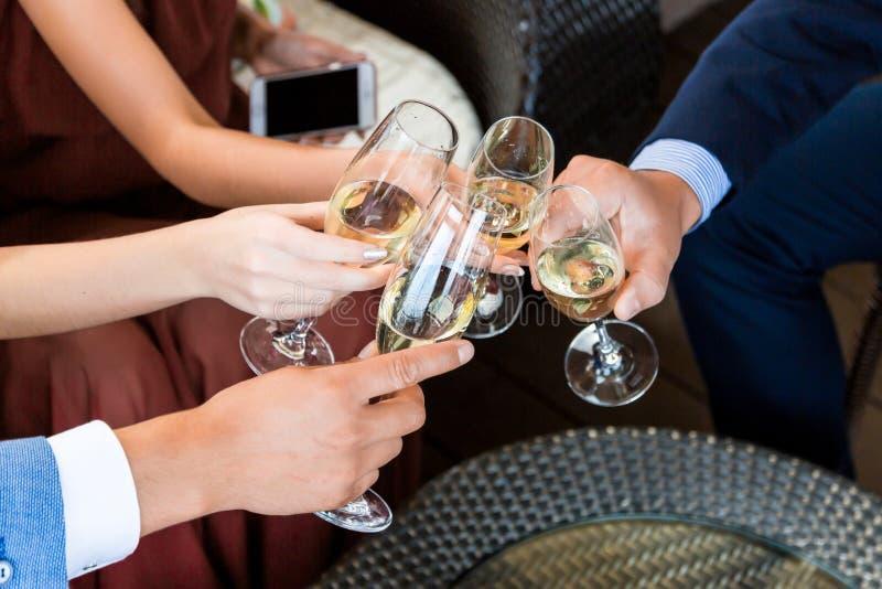 Glazen houden en handen die, gelukkig feestelijk ogenblik, het concept van de luxeviering roosteren royalty-vrije stock afbeeldingen