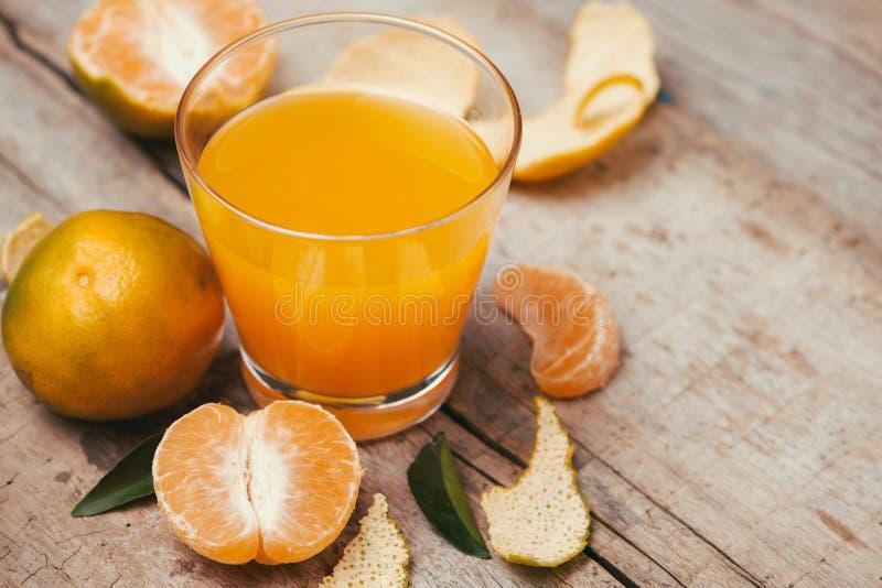 Glazen mandarijnenjus d'orange en vruchten, hoge vitamine C stock foto