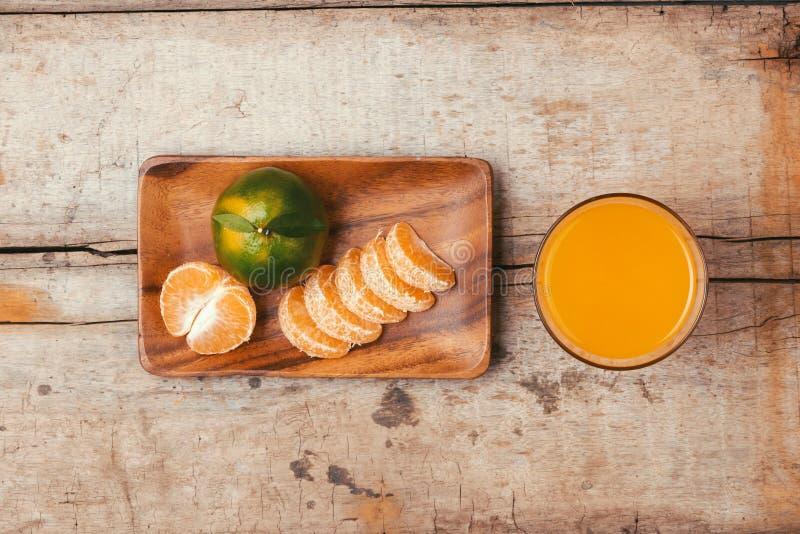 Glazen mandarijnenjus d'orange en vruchten, hoge vitamine C stock fotografie
