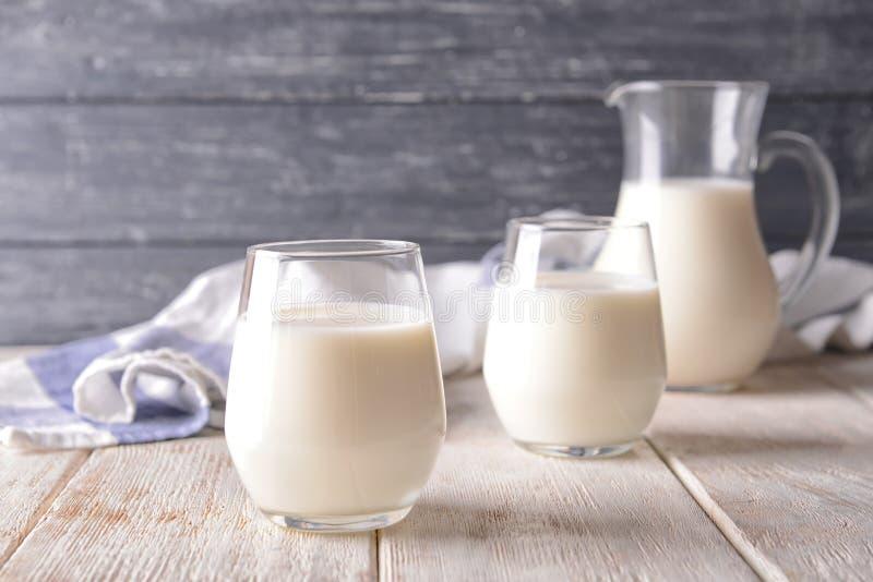 Glazen melk op houten lijst royalty-vrije stock foto's