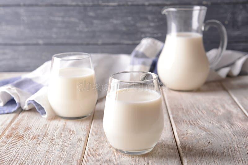 Glazen melk op houten lijst royalty-vrije stock foto