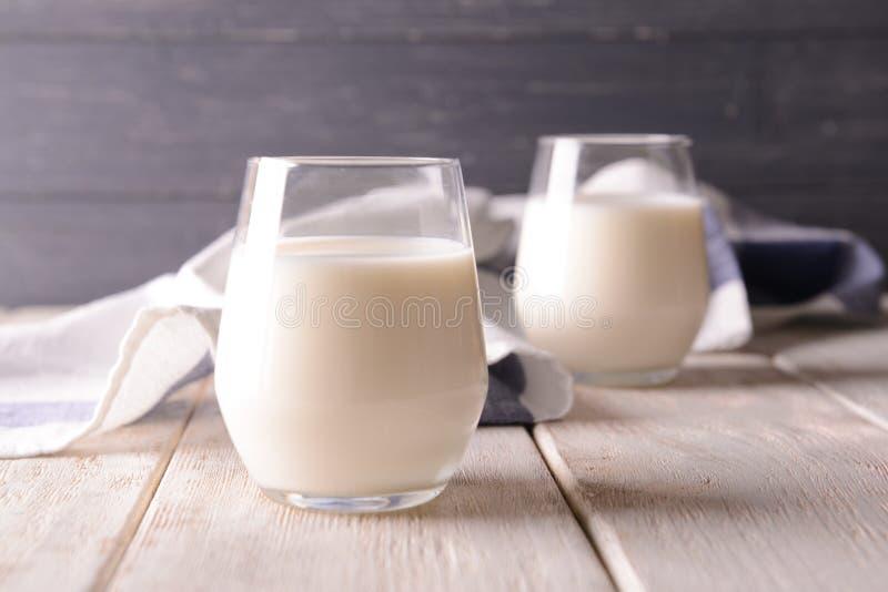 Glazen melk op houten lijst royalty-vrije stock afbeelding