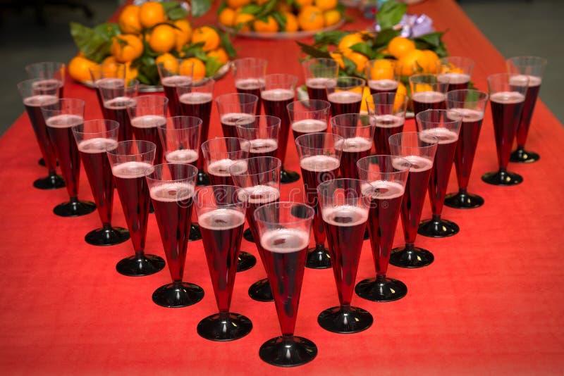 Glazen met champagne en vruchten royalty-vrije stock fotografie