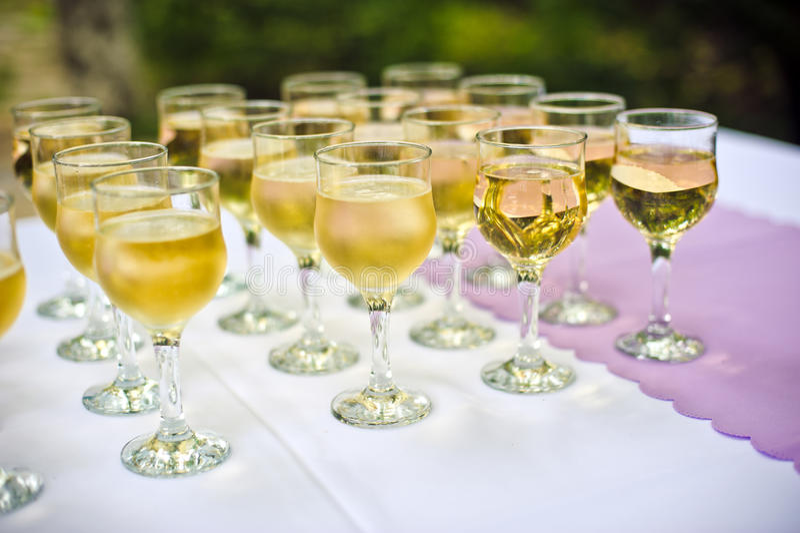 Glazen met champagne voor de gasten stock foto's