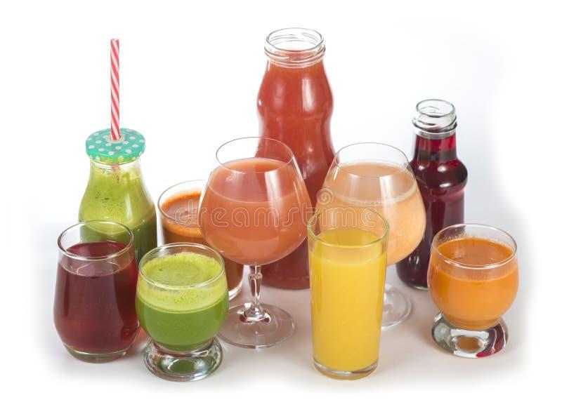 Glazen met diverse verse groentesappen op wit royalty-vrije stock fotografie