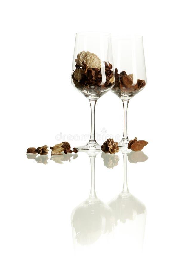 Glazen met droge bladeren en bloemen stock afbeelding