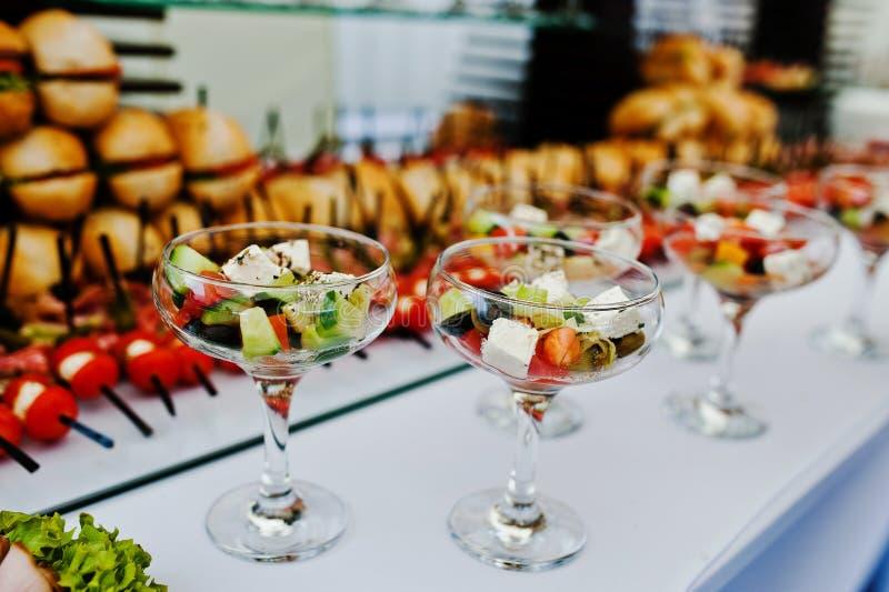 Glazen met Griekse salade op ontvangst royalty-vrije stock afbeelding