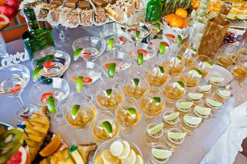 Glazen met kalk en tequila stock afbeeldingen