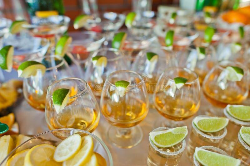 Glazen met kalk en tequila stock afbeelding