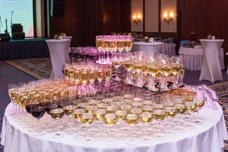 Glazen met rode en witte wijn stock fotografie