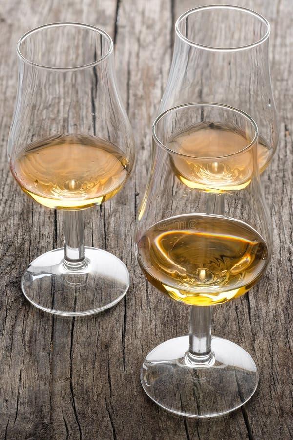 Glazen met Schotse enige moutwisky op hout royalty-vrije stock afbeeldingen