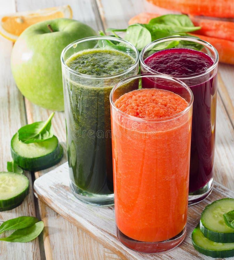 Glazen met verse groentesappen Detoxdieet stock foto's