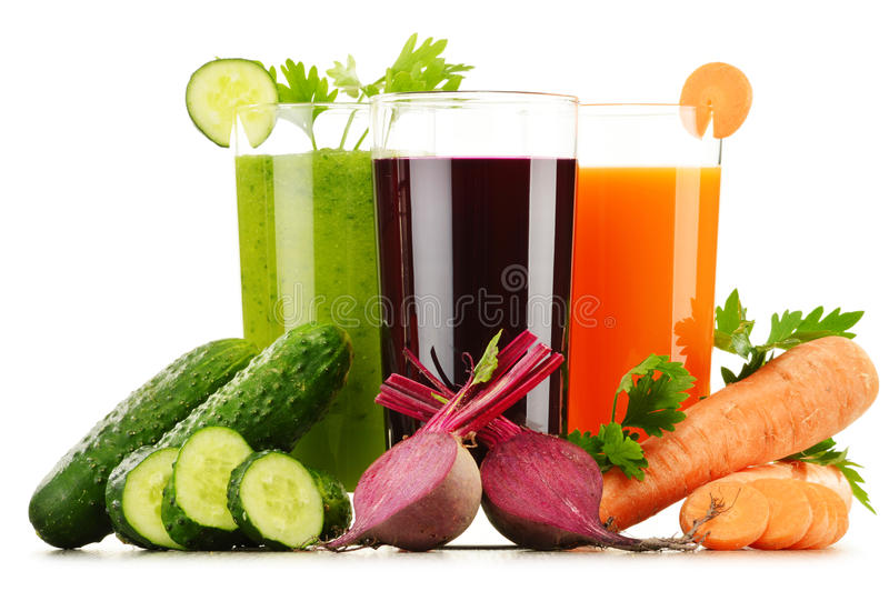 Glazen met verse groentesappen op wit royalty-vrije stock foto