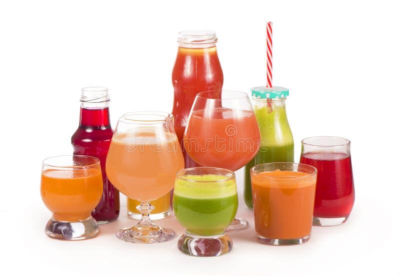 Glazen met verse organische die groente en vruchtensappen op wit worden geïsoleerd royalty-vrije stock afbeeldingen