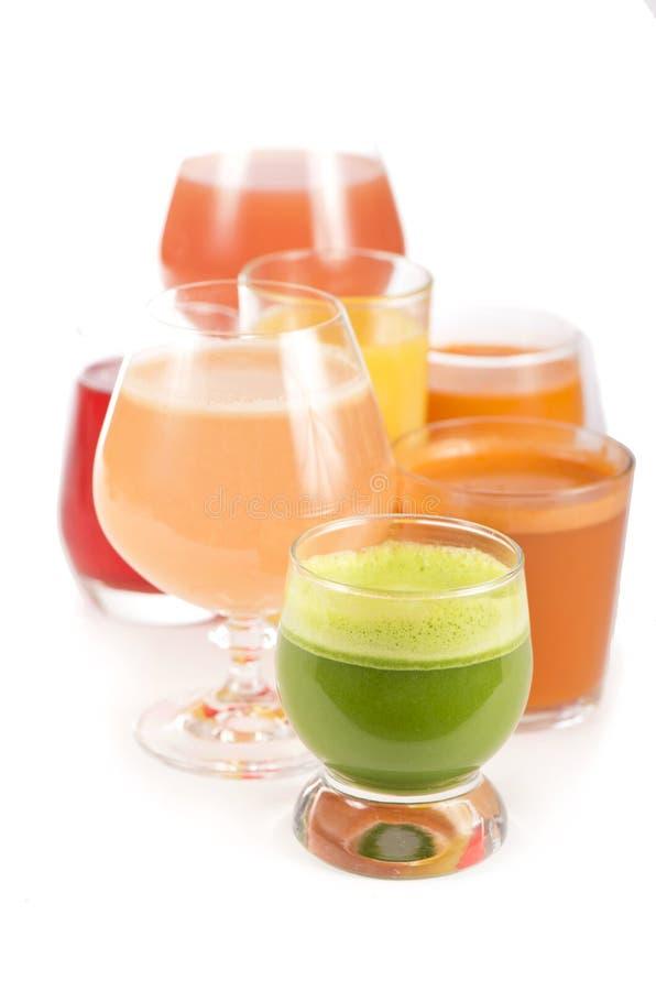 Glazen met verse organische die groente en vruchtensappen op wit worden geïsoleerd royalty-vrije stock foto's