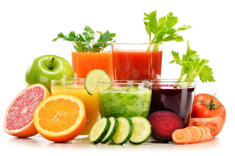 Glazen met verse organische groente en vruchtensappen op wit royalty-vrije stock foto's