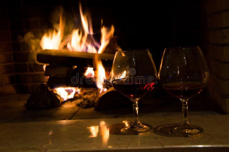 Glazen met whisky dichtbij de open haard royalty-vrije stock fotografie