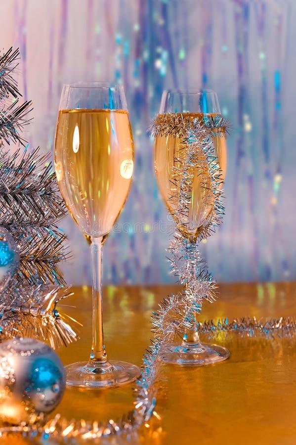 Glazen met wijn, klatergoud, Kerstboom en speelgoed stock afbeeldingen