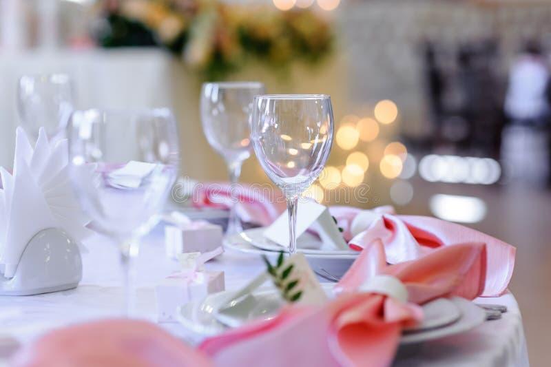 Glazen op een feestelijke gelegde lijst stock afbeelding
