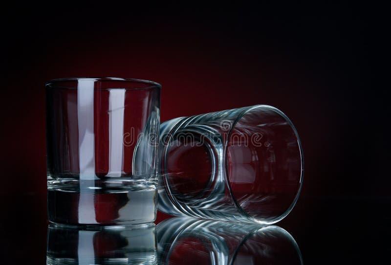 Glazen op een rood stock foto's