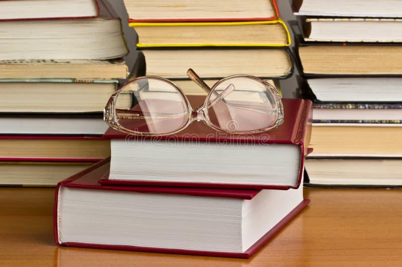 Glazen op een stapel van boeken stock fotografie