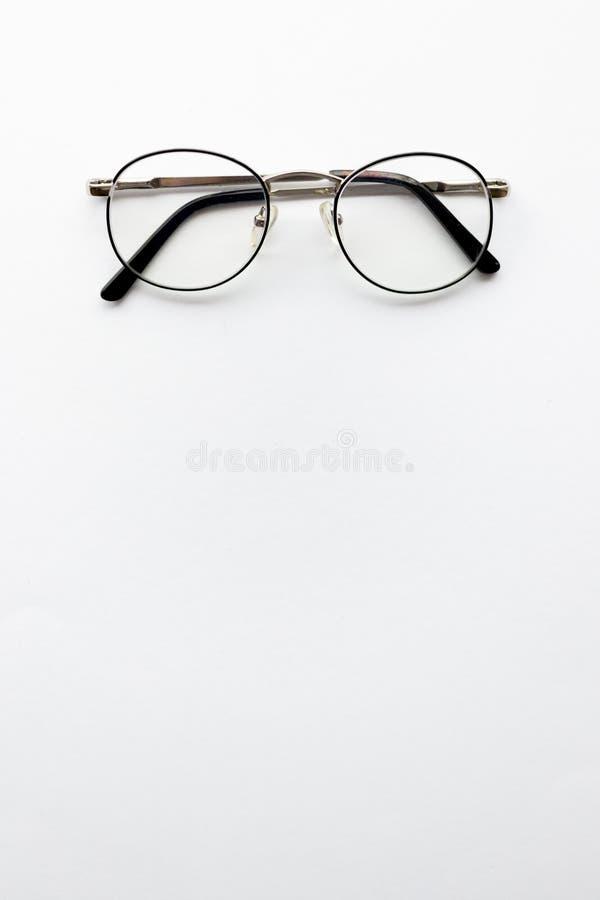 Glazen op een witte achtergrond Minimaal concept met copyspace royalty-vrije stock afbeelding
