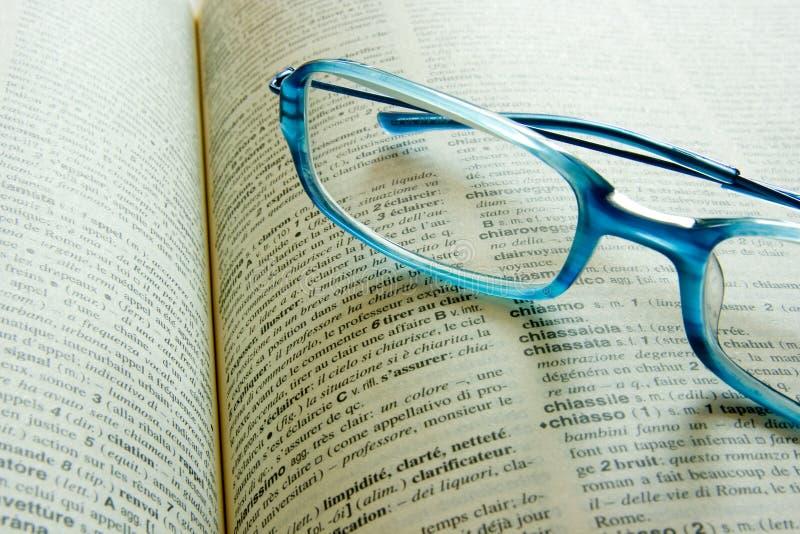 Glazen op een woordenboek royalty-vrije stock foto