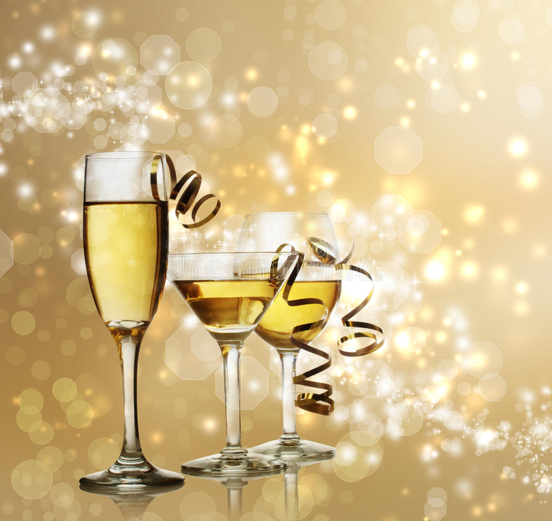 Glazen op Gouden Fonkelende Achtergrond stock foto's