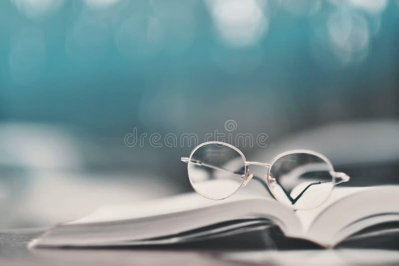 Glazen op handboeken in de schoolbibliotheek die worden geplaatst royalty-vrije stock afbeeldingen
