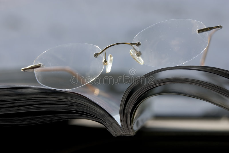 Glazen op het tijdschrift stock foto