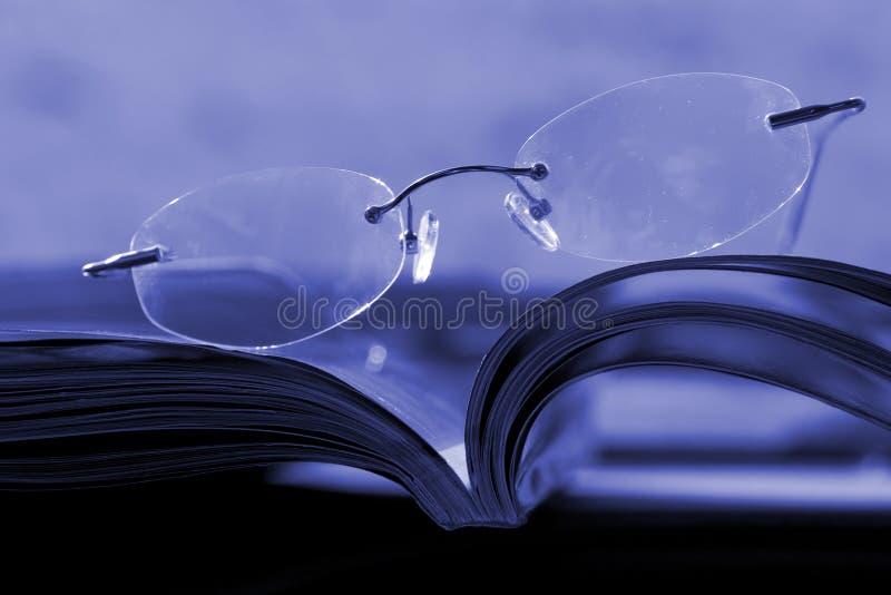Glazen op het tijdschrift royalty-vrije stock afbeelding