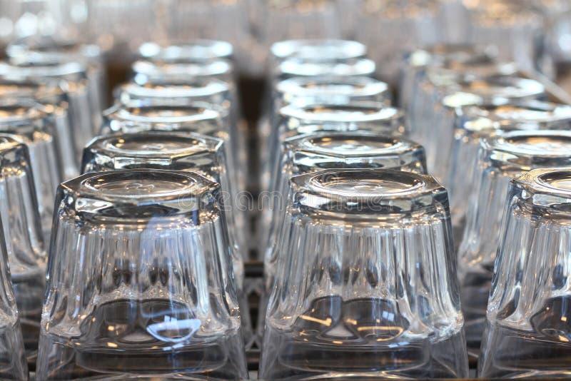 Glazen op Plank stock afbeelding