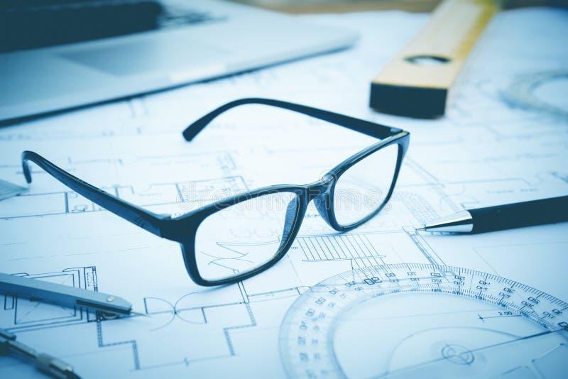 Glazen op planontwerp Concept architectuur stock fotografie