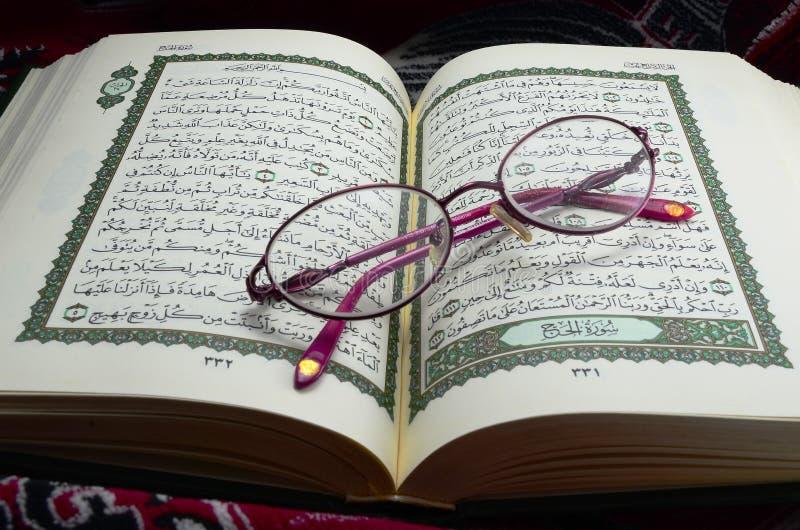 Glazen op Quran stock afbeelding