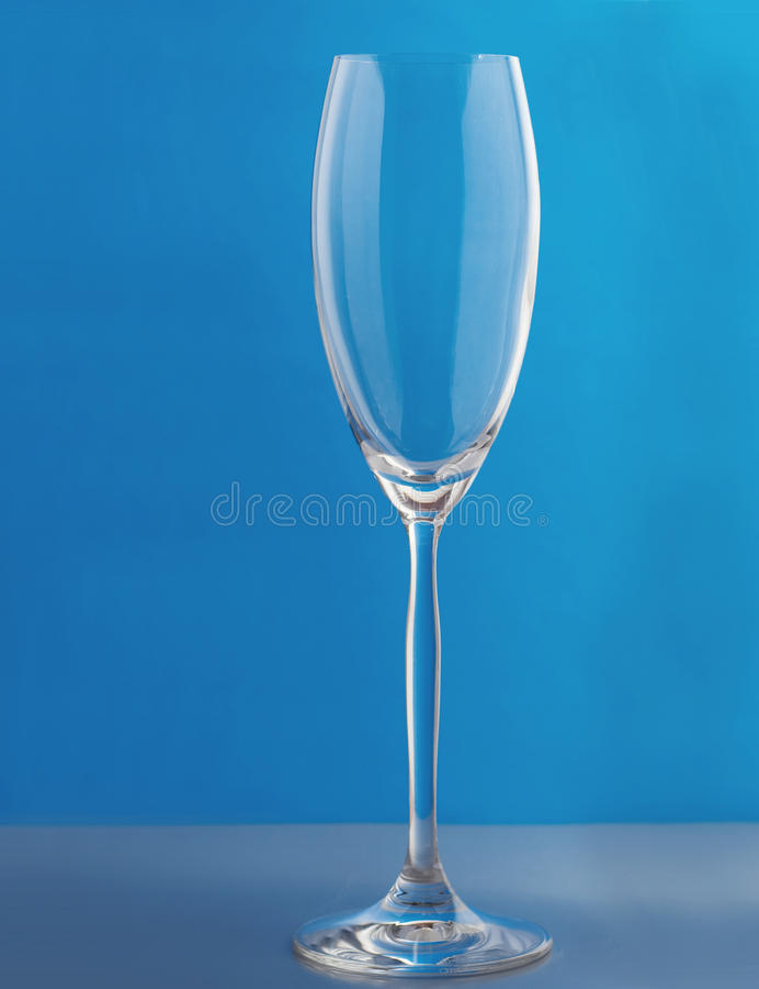 Glazen over blauwe achtergrond royalty-vrije stock afbeelding