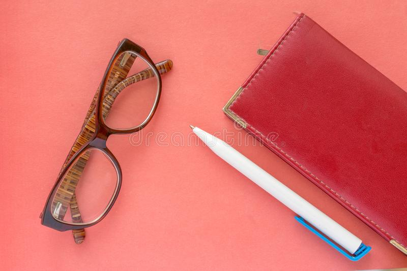 Glazen, pen en notitieboekje het conceptenachtergrond van het bedrijfsvrouwenprogramma stock afbeelding