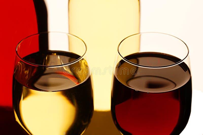 Glazen rode en witte wijn royalty-vrije stock foto's