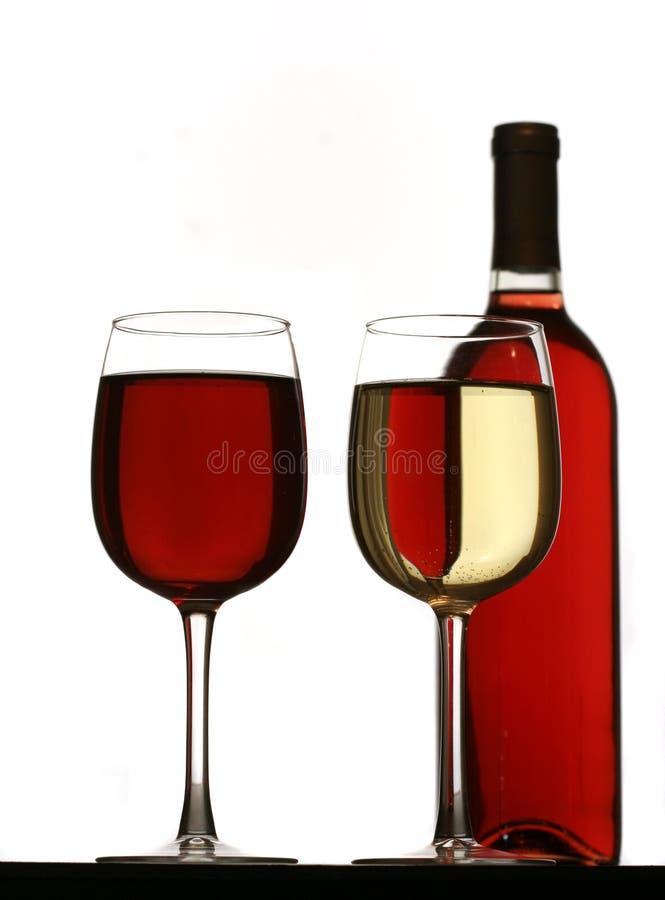 Glazen rode en witte wijn, met rode wijnfles stock fotografie