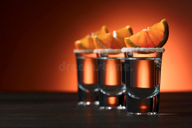 Glazen van alcoholische drank met oranje die plakken, met su worden versierd royalty-vrije stock foto's