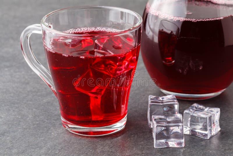 Glazen van Amerikaanse veenbescocktail op een zwarte steen met ijs royalty-vrije stock foto's