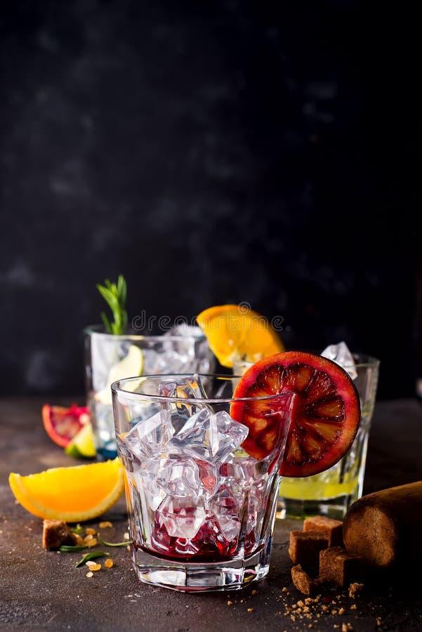 Glazen van aperolcocktail van het spritzaperitief met oranje plakken en ijsblokjes royalty-vrije stock foto