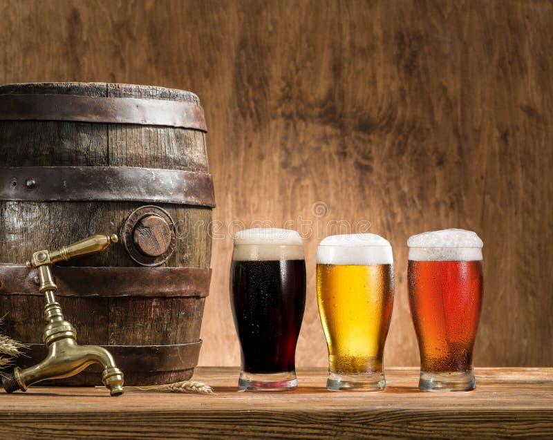 Glazen van bier en aalvat op de houten lijst royalty-vrije stock foto's