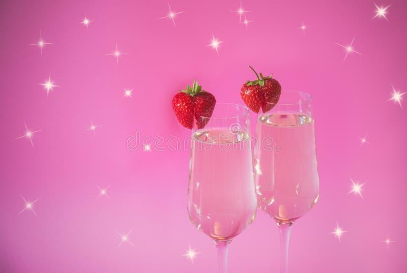Glazen van champagne en verse aardbei op roze achtergrond Selectieve nadruk royalty-vrije stock afbeelding