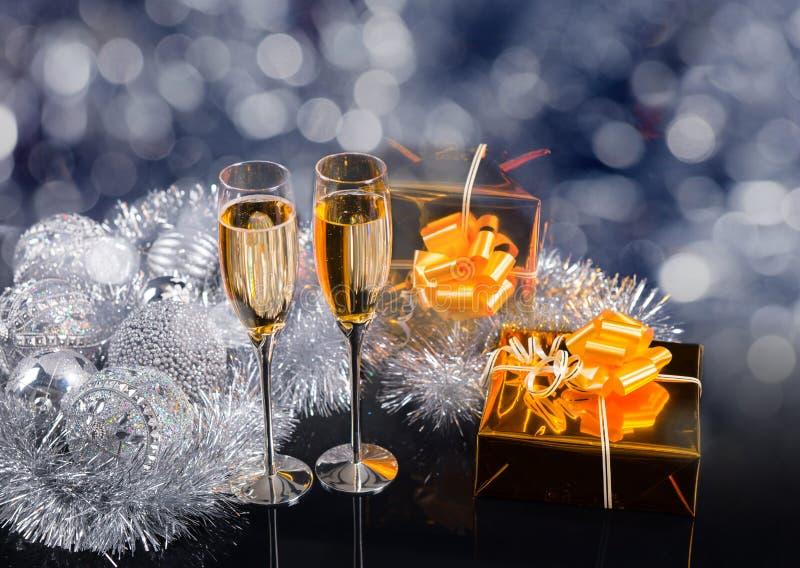 Glazen van Champagne, Giften en Zilveren Decoratie royalty-vrije stock fotografie