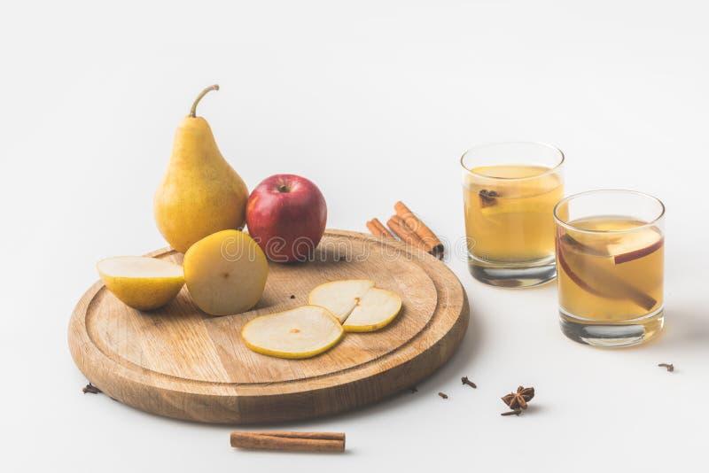 glazen van cider met appel en peer op houten raad royalty-vrije stock fotografie