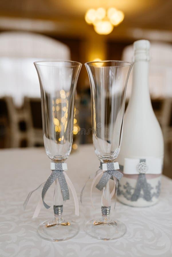 Glazen van de bruidegom en de bruid op een huwelijkslijst royalty-vrije stock afbeeldingen