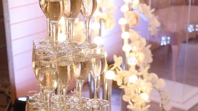 Download Glazen Van Omhoog Gemaakte Champagnepiramide Stock Foto - Afbeelding bestaande uit vloeistof, verjaardag: 107707272