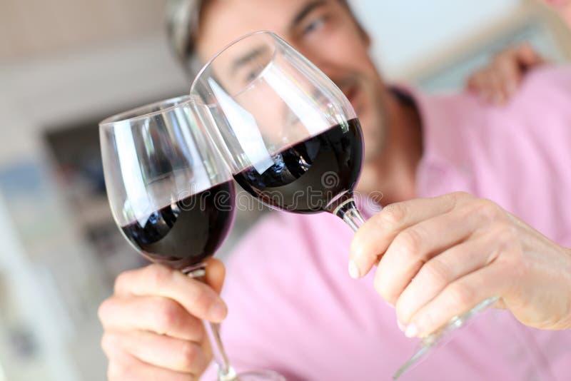 Glazen van rode wijn het toejuichen stock fotografie