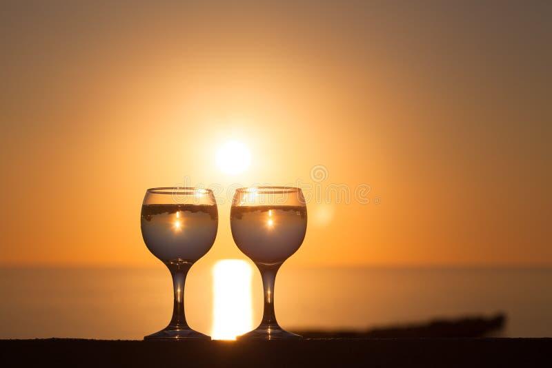 Glazen van witte wijnstok met weerspiegelingen van huizen en mening aan bea royalty-vrije stock fotografie