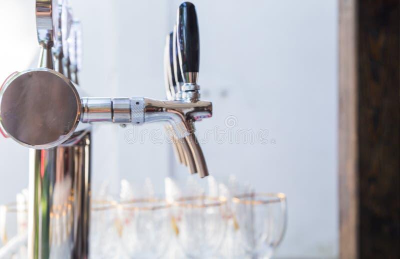 Glazen voor bier en een biertapkraan op het de zomerterras stock foto's